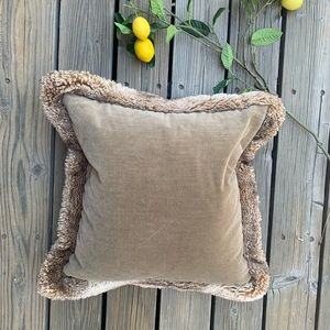 🍋 Pottery Barn Velvet Fur Trim Pillow